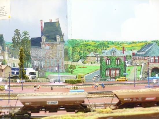 rame de trémies en gare.Nouveau fond de décor réalisé par Jean-Luc: Le quartier du pont.