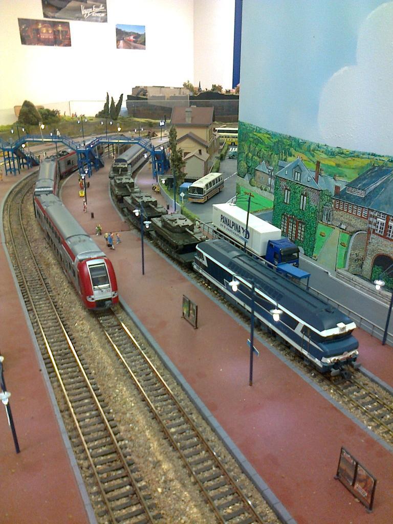 croisement en gare de Beau décor. Rame CFL et CC 72000